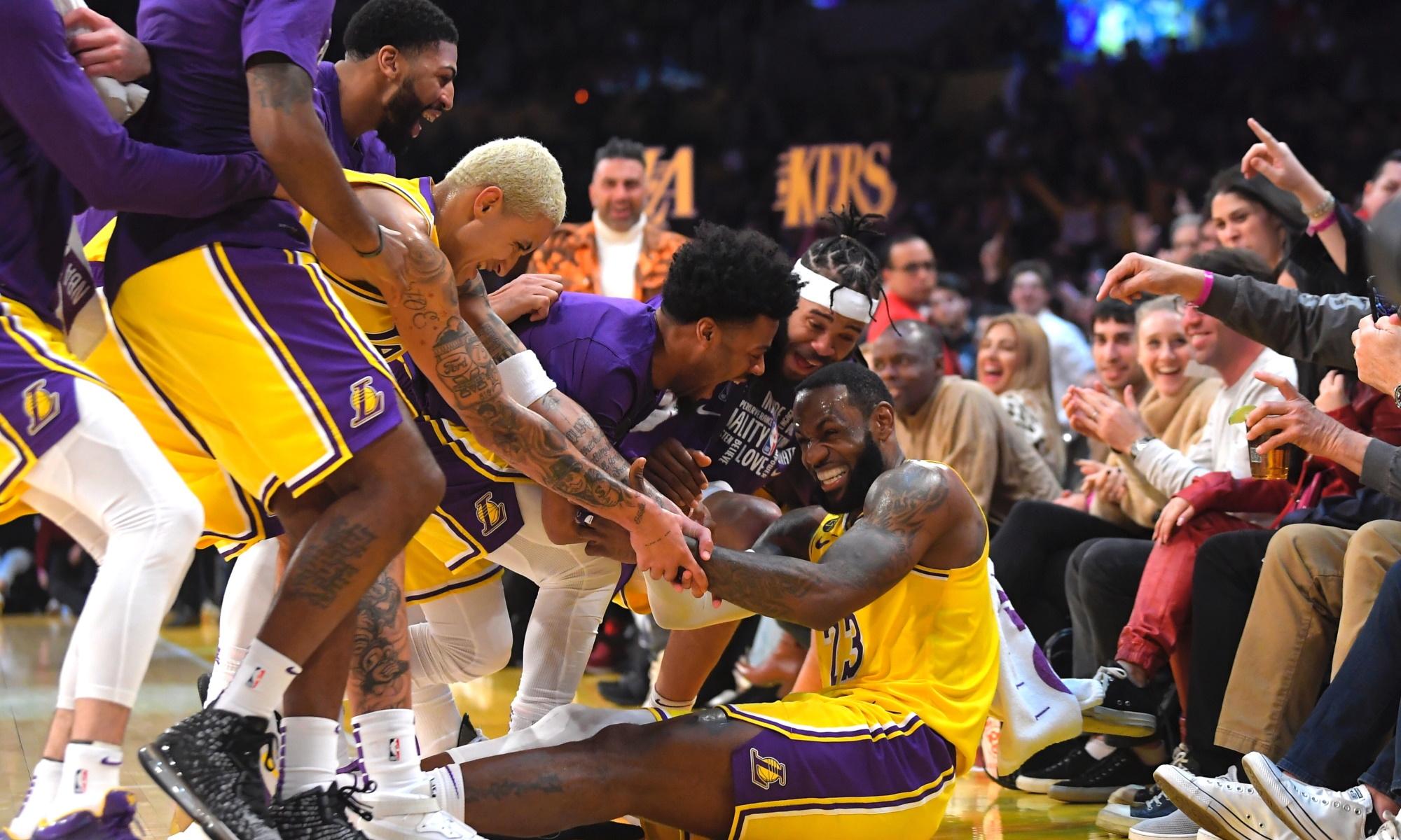 LeBron James and his teammates, Los Angeles Lakers vs San Antonio Spurs