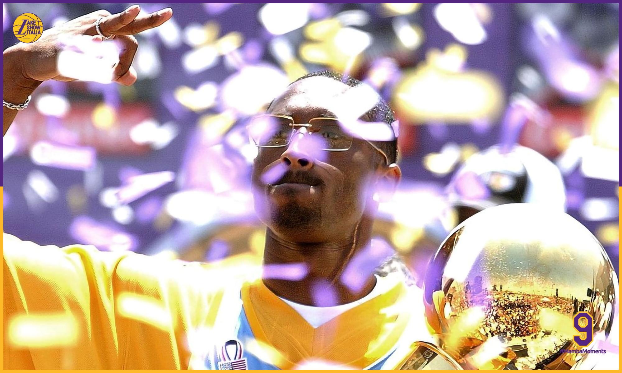 Kobe Bryant nel corso della parata celebrativa del three-peat completato dei Los Angeles Lakers
